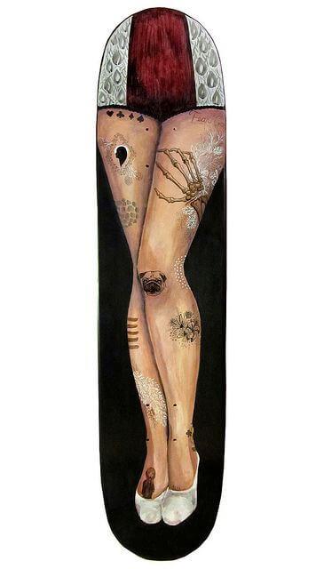 Chiavarsi la sorella di Capitan Uncino brandendo la gamba di legno come un'ascia da guerra